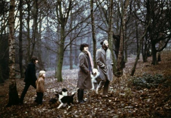 1969 - McBarbu, Donovan et Heather promenant les chiens